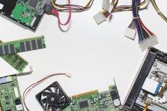 Conjunto de circuitos electrónico en un fondo blanco, visión superior, Fotografía de archivo libre de regalías