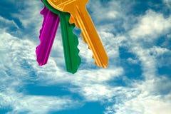 Conjunto de claves coloridos en el cielo Foto de archivo libre de regalías