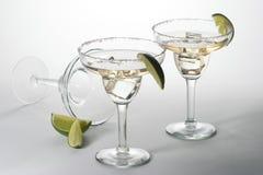 Conjunto de cocteles con hielo en los vidrios de Martini Imagenes de archivo