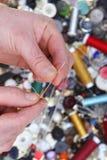 Conjunto de costura, cuerda de rosca, aguja, tijeras, Imagen de archivo libre de regalías