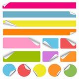 Conjunto de etiquetas engomadas coloridas en blanco Imagenes de archivo