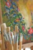Conjunto de herramientas del pintor de diversos cepillos del arte. Imagenes de archivo