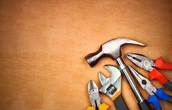 Conjunto de herramientas manuales sobre un panel de madera Imagen de archivo