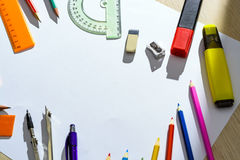 Conjunto de lápices, de borradores, de post-it y de otras fuentes útiles para la escuela Hay una hoja en blanco centrada para la  Fotos de archivo libres de regalías