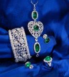 Conjunto de la joyería del diamante y de la esmeralda fotos de archivo