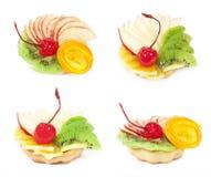 Conjunto de la torta con la fruta Foto de archivo libre de regalías