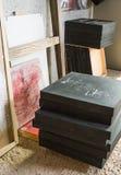 Conjunto de lona acabada del petróleo en un estudio del artista Imágenes de archivo libres de regalías