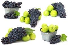 Conjunto de manzanas y de la uva frescas en blanco imagen de archivo libre de regalías