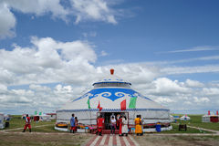 Conjunto de Mongolia bajo el cielo azul y las nubes blancas Fotos de archivo