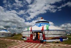 Conjunto de Mongolia bajo el cielo azul y las nubes blancas Imagen de archivo
