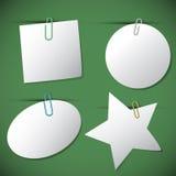 Conjunto de papeles de nota con el paperclip, ilustración del vector