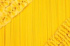 Conjunto de pastas y de espagueti como fondo Fotos de archivo