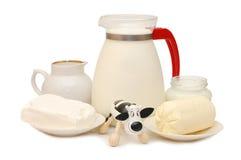 Conjunto de productos lácteos y de una vaca del juguete fotos de archivo libres de regalías