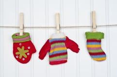 Conjunto de ropa del invierno en una cuerda para tender la ropa Imagen de archivo libre de regalías
