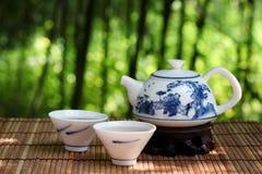 Conjunto de té asiático en naturaleza Imagen de archivo libre de regalías