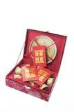 Conjunto de té chino y paquetes rojos Foto de archivo