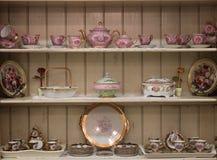Conjunto de té en el armario de madera blanco Fotos de archivo libres de regalías