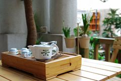 Conjunto de té en un pequeño vector de madera Fotos de archivo