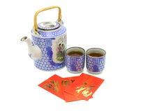 Conjunto de té chino de la prosperidad y paquetes rojos Imagen de archivo