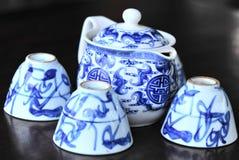 Conjunto de té en el vector de madera Fotografía de archivo libre de regalías
