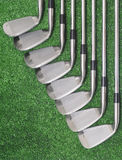 Conjunto del club de golf en fondo verde. Imagen de archivo libre de regalías