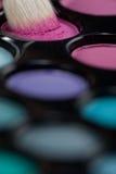 Conjunto del sombreador de ojos con el cepillo del maquillaje que toma color Foto de archivo