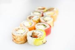 Conjunto del sushi Rolls con los salmones y las verduras Imágenes de archivo libres de regalías