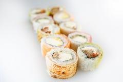 Conjunto del sushi Rolls con los salmones y las verduras Imagen de archivo