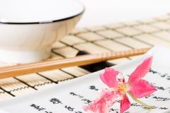 Conjunto del sushi y flor rosada de la orquídea Fotografía de archivo libre de regalías