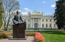 Conjunto do palácio e do parque de Gomel Ideia da parte central do palácio de Rumyantsev e de Paskevich A parte central do paláci foto de stock