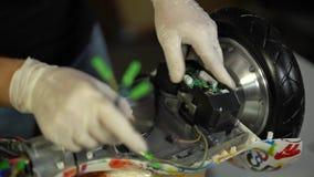 Conjunto e reparo do 'trotinette' do giroscópio Serviço 10 de Hoverboard video estoque