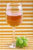 Conjunto e vinho verdes da uva Imagem de Stock Royalty Free