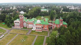 Conjunto en el pueblo de Yurino en el banco del Volga, tiempo nublado del palacio y del parque del castillo de Sheremetev en almacen de metraje de vídeo