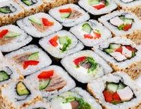 Conjunto grande del rodillo del sushi con diversos componentes Fotografía de archivo