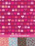 Conjunto inconsútil del modelo Bolsos y corazones coloridos stock de ilustración