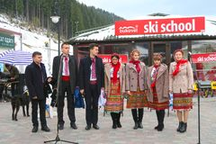 Conjunto nacional ucraniano que canta en la Navidad en Bukovel Foto de archivo
