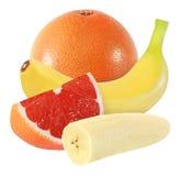 Conjunto, pomelo cortado y frutas del plátano aislados en blanco con la trayectoria de recortes Foto de archivo
