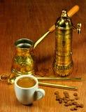 Conjunto tradicional para el café árabe y griego Foto de archivo