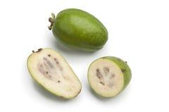 Conjunto y media fruta fresca de Feijoa Fotos de archivo libres de regalías