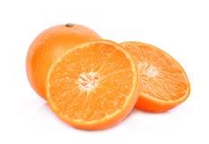 Conjunto y mitad de las mandarinas aisladas en blanco Imágenes de archivo libres de regalías