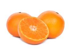 Conjunto y mitad de las mandarinas aisladas en blanco Foto de archivo libre de regalías