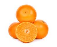 Conjunto y mitad de las mandarinas frescas aisladas en blanco Fotos de archivo
