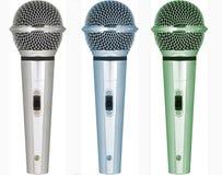 Conjuntos de micrófonos con diversos tonos del color imagenes de archivo