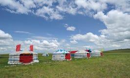Conjuntos de Mongolia bajo el cielo azul y las nubes blancas Foto de archivo