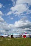 Conjuntos de Mongolia bajo el cielo azul y las nubes blancas Foto de archivo libre de regalías