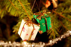 Conjuntos del regalo en árbol de navidad Fotos de archivo libres de regalías