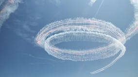 Conluio plano surpreendente com pegada nevoenta no céu azul, trabalho piloto difícil do aeral, elementos do festival aéreo video estoque