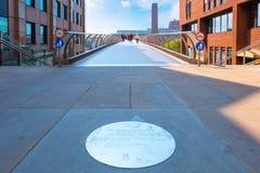 Conmemore la placa en el puente del pie del milenio en Londres, Reino Unido fotografía de archivo libre de regalías