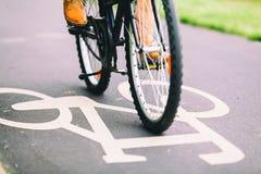 Conmutación de ciclo de la bici de la gente Imágenes de archivo libres de regalías