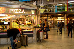 Conmuters buy something to eat before heading for their trains. During rush hour at Munich Central Station Royalty Free Stock Photos